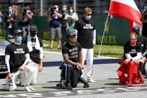 Nicholas Latifi, Williams Racing, George Russell, Williams Racing, Lewis Hamilton, Mercedes-AMG Petronas F1, Kimi Raikkonen, Alfa Romeo, Sebastian Vettel, Ferrari, and Valtteri Bottas, Mercedes-AMG Petronas F1, on the grid, taking the knee in support of the Black Lives Matter campaign