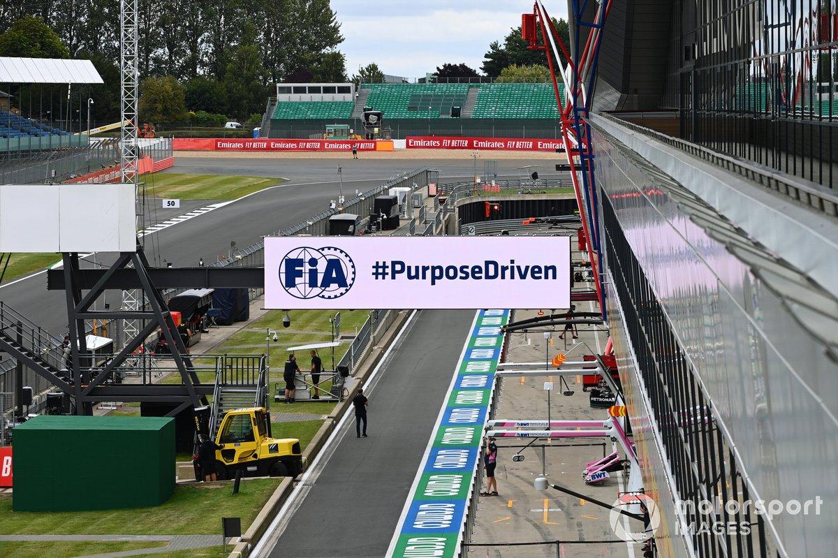 Cartel de la FIA en el pit lane