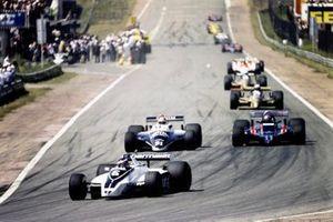 Рикардо Суниньо, Brabham BT49 Ford, опережает Эдди Чивера, Osella FA1 Ford, и Марио Андретти, Lotus 81 Ford