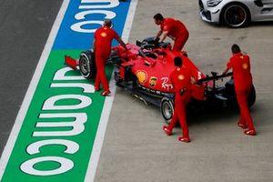 La Ferrari SF1000 de Sebastian Vettel est poussé par des mécaniciens dans la voie des stands