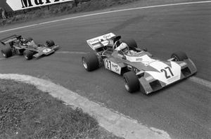 Tim Schenken, Surtees TS9B Ford leads Emerson Fittipaldi, Lotus 72D Ford
