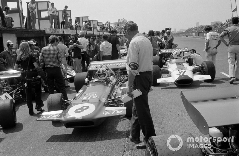 Chris Amon, March 701 Ford and Pete Lovely, Lotus 49B Ford in the pit lane