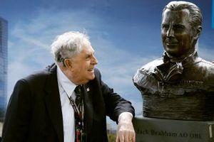 Jack Brabham con sus bustos de bronce conmemorativos