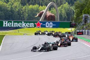 Lewis Hamilton, Mercedes F1 W11 EQ Performance, voor Max Verstappen, Red Bull Racing RB16, Carlos Sainz Jr., McLaren MCL35, Valtteri Bottas, Mercedes F1 W11 EQ Performance, and Alex Albon, Red Bull Racing RB16 bij de start