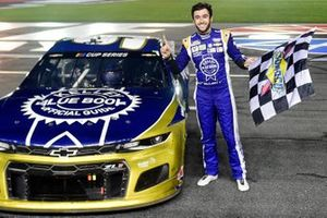 Race winner Chase Elliott, Hendrick Motorsports Chevrolet Kelley Blue Book