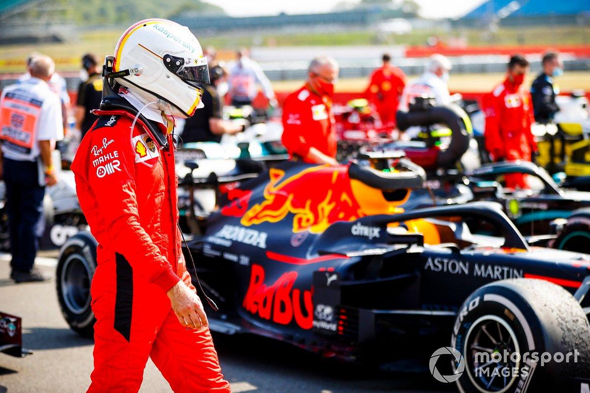 Sebastian Vettel, Ferrari en Parc Ferme mirando el monoplaza de Max Verstappen, Red Bull Racing RB1