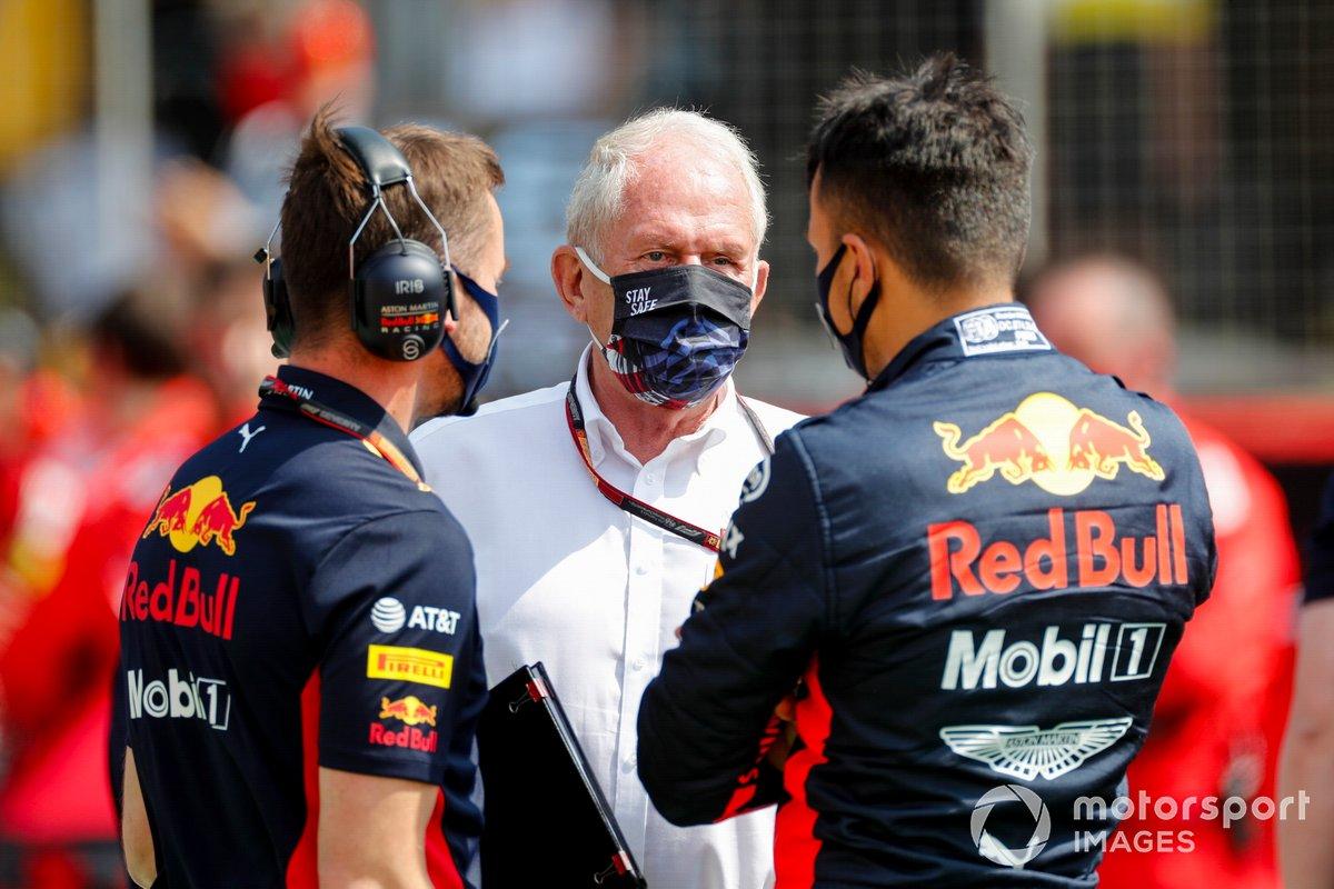 Alex Albon, Red Bull Racing, habla con Helmut Marko, Consultor de Red Bull Racing