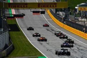 Гонщики выстраиваются на прямой, чтобы потренировать процедуру старта