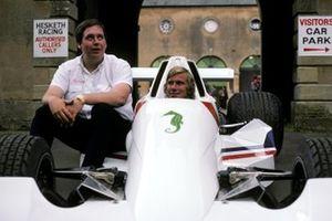 Lord Alexander Hesketh, propietario del equipo de Hesketh se sienta junto a James Hunt, Hesketh Ford 308