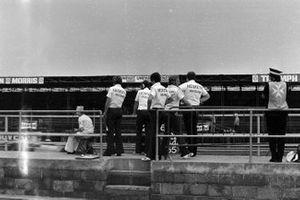 Mecánicos de Hesketh en el pitwall