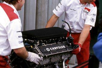 Los mecánicos de McLaren preparan el Chrysler/Lamborghini V12 que el equipo está evaluando