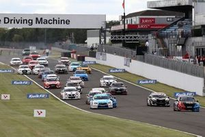 Start of the race, Colin Turkington, Team BMW BMW 330i M Sport leads