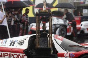 Le trophée avec une ancienne Toyota