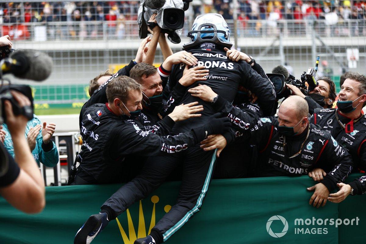 Valtteri Bottas, Mercedes, 1ª posición, lo celebra en el Parc Ferme