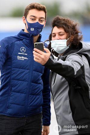 George Russell, Williams posa para un selfie con un aficionado al llegar a la pista