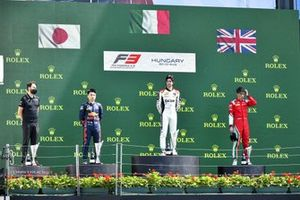 Ayumu Iwasa, Hitech Grand Prix , Lorenzo Colombo, Campos Racing e Olli Caldwell, Prema Racing sul podio