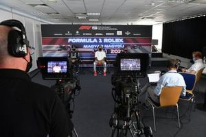 Valtteri Bottas, Mercedes, ganador de la pole Lewis Hamilton, Mercedes, y Max Verstappen, Red Bull Racing en la conferencia de prensa