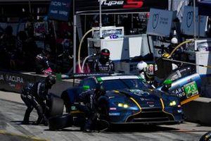 #23: Heart Of Racing Team Aston Martin Vantage GT3, GTD: Ross Gunn, Roman De Angelis, pit stop