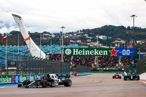 Pierre Gasly, AlphaTauri AT02, Valtteri Bottas, Mercedes W12, en Carlos Sainz Jr, Ferrari SF21.