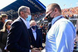 Stefano Domenicali, director general de la Fórmula 1, y Jos Verstappen en la parrilla de salida