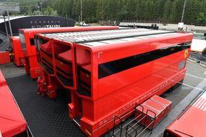 Ferrari-vrachtwagens in de paddock