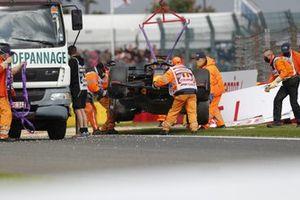 Oficiales de pista retiran el coche de Max Verstappen, Red Bull Racing RB16B