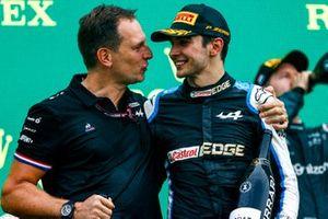 Podio: Laurent Rossi, CEO Alpine F1, ganador Esteban Ocon, Alpine F1
