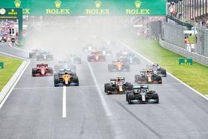 Lewis Hamilton, Mercedes W12, Max Verstappen, Red Bull Racing RB16B, Sergio Perez, Red Bull Racing RB16B, Lando Norris, McLaren MCL35M, et le reste des monoplaces au départ
