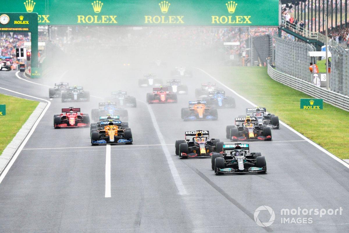 Lewis Hamilton, Mercedes W12, Max Verstappen, Red Bull Racing RB16B, Sergio Perez, Red Bull Racing RB16B, Lando Norris, McLaren MCL35M e il resto delle auto alla partenza