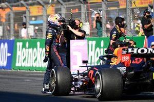 Max Verstappen, Red Bull Racing, 1e positie, viert feest bij aankomst in Parc Ferme