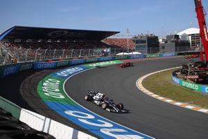 Pierre Gasly, AlphaTauri AT02, Charles Leclerc, Ferrari SF21, en Carlos Sainz Jr., Ferrari SF21