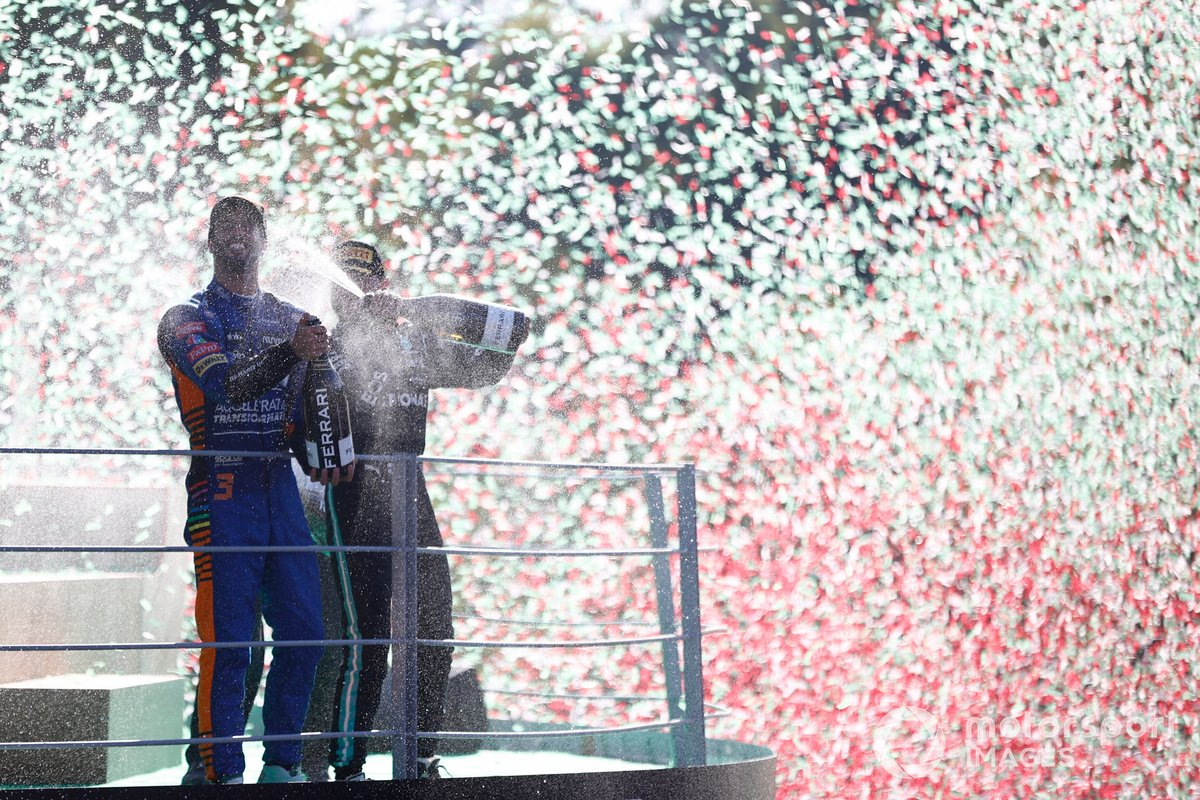 Podio: ganador Daniel Ricciardo, McLaren, tercer lugar Valtteri Bottas, Mercedes