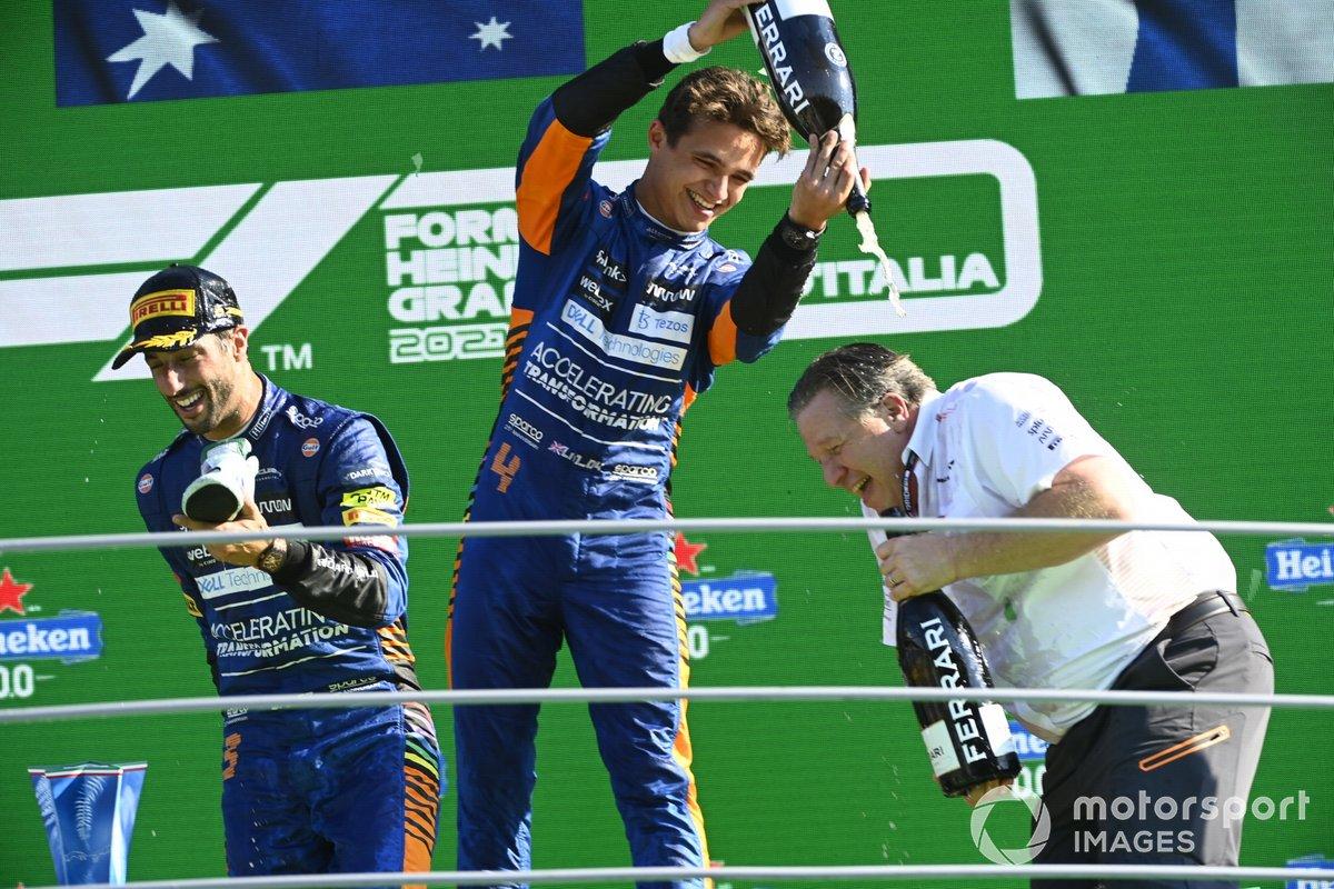 Lando Norris, McLaren, 2a posizione, versa champagne su Zak Brown, CEO, McLaren Racing, sul podio
