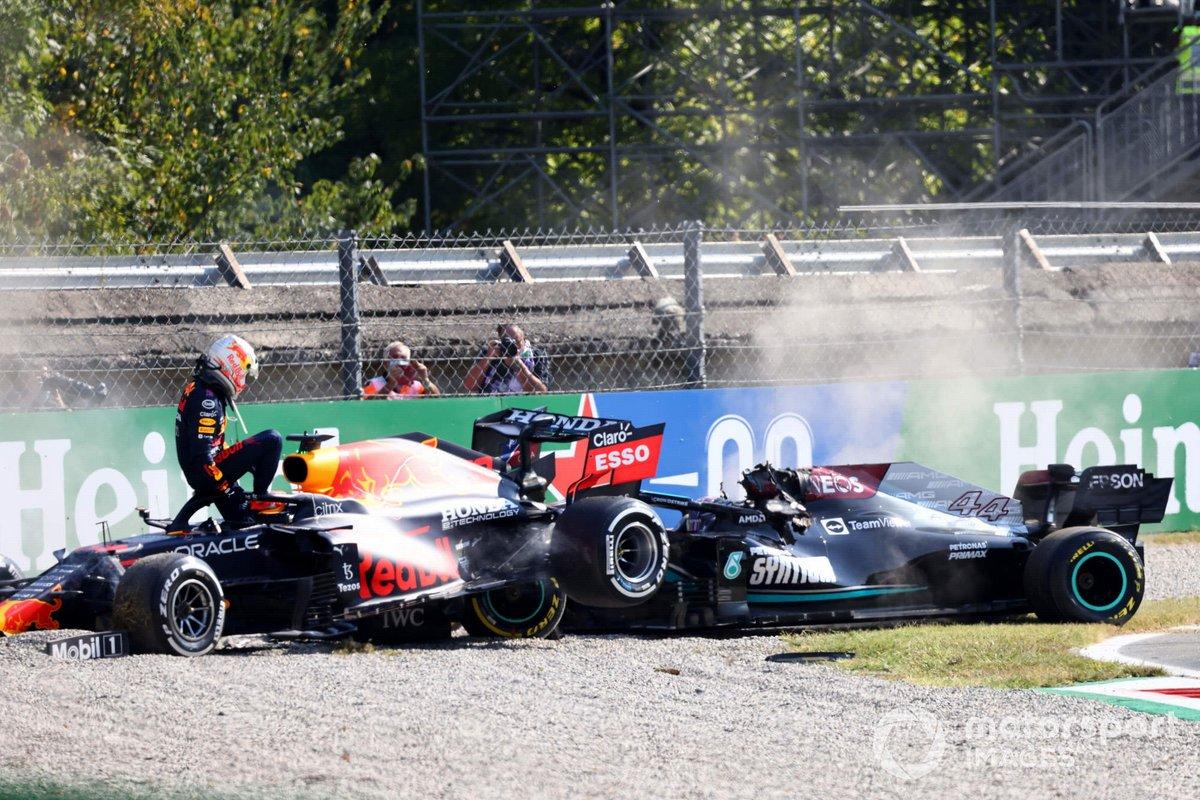 Max Verstappen, Red Bull Racing, se baja de su coche tras la colisión con Lewis Hamilton, Mercedes W12