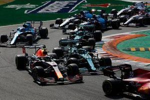 Carlos Sainz Jr., Ferrari SF21, Sergio Perez, Red Bull Racing RB16B, Lance Stroll, Aston Martin AMR21, Fernando Alonso, Alpine A521, Esteban Ocon, Alpine A521, en de rest van het veld bij de start