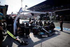 Valtteri Bottas, Mercedes W12, ai box durante le prove