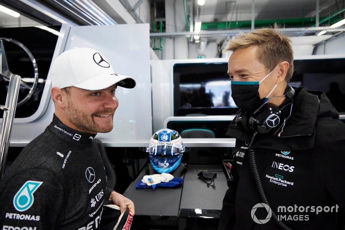 Valtteri Bottas, de Mercedes, habla con un compañero de equipo