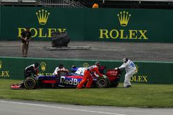 Carlos Sainz Jr., Scuderia Toro Rosso STR12 stops on track in FP1