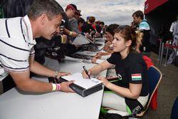 Sesión de autógrafos, Anett Gyorgy, Zengo Motorsport, SEAT León TCR