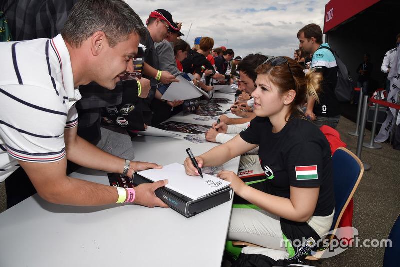 Autograph session, Anett Gyorgy, Zengo Motorsport, SEAT León TCR