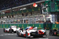 Chase Carey, CEO de FOM agita la bandera francesa para dar el inicio de la carrera
