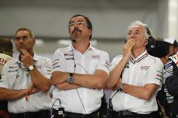 Rob Leupen, Team Manager, Toyota Gazoo Racing, reacción desués de que el #9 se retira con Hugues de