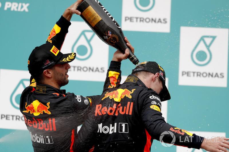 Il terzo classificato Daniel Ricciardo, Red Bull Racing, versa lo champagne addosso al compagno di squadra Max Verstappen, Red Bull Racing, vincitore della gara, sul podio