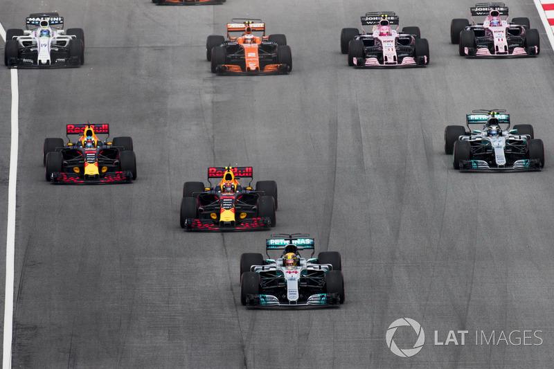 Lewis Hamilton, Mercedes AMG F1 W08, Max Verstappen, Red Bull Racing RB13, Daniel Ricciardo, Red Bull Racing RB13, Valtteri Bottas, Mercedes AMG F1 W08, Stoffel Vandoorne, McLaren MCL32, Sergio Perez, Sahara Force India F1 VJM10, saat start