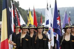 Pirelli-PR-Girls mit Flaggen