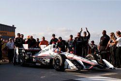 Ganador de la carrera Helio Castroneves, Team Penske Chevrolet