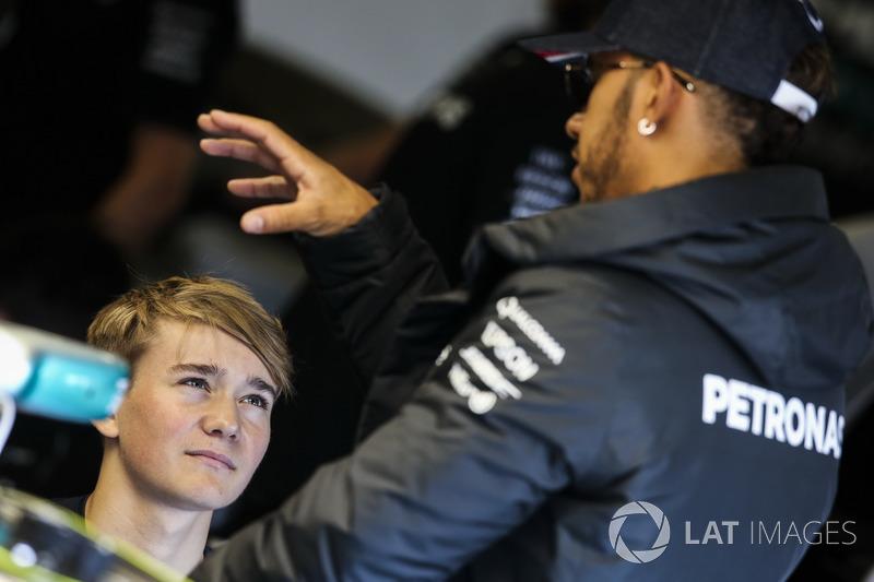 Lewis Hamilton, Mercedes AMG F1, parla con il pilota britannico di Formula 4 Billy Monger