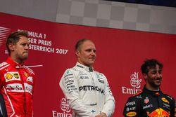 Podium: ganador, Valtteri Bottas, Mercedes AMG F1, segundo, Sebastian Vettel, Ferrari, tercero, Dani