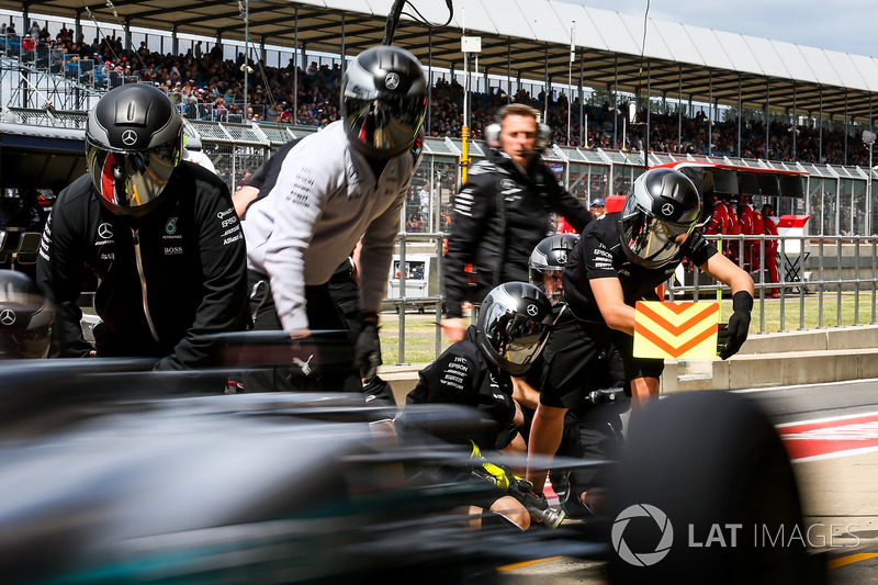 Lewis Hamilton, Mercedes-Benz F1 W08 fa un pitstop