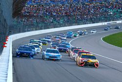 Kyle Busch, Joe Gibbs Racing Toyota, Kevin Harvick, Stewart-Haas Racing Ford, Martin Truex Jr., Furn